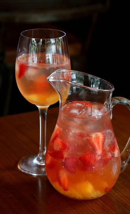 iVenga!. Versões com vinho tinto, refrigerante de limão, conhaque e frutas e vinho branco, refrigerante de limão, licor de laranja e frutas (a partir de R$ 55). O espumante é a base da sangria de fresas, com espumante, refrigerante de limão, conhaque e frutas (a partir de R$ 72). Rua Garcia D'Ávila 147, Ipanema (2247-0234). Seg a qua, do meio-dia 12h à meia-noite. Qui e sex, do meio-dia à 1h. Sáb, do meio-dia à 1h. Dom, do meio-dia à meia-noite. Foto: Camilla Maia / Divulgação