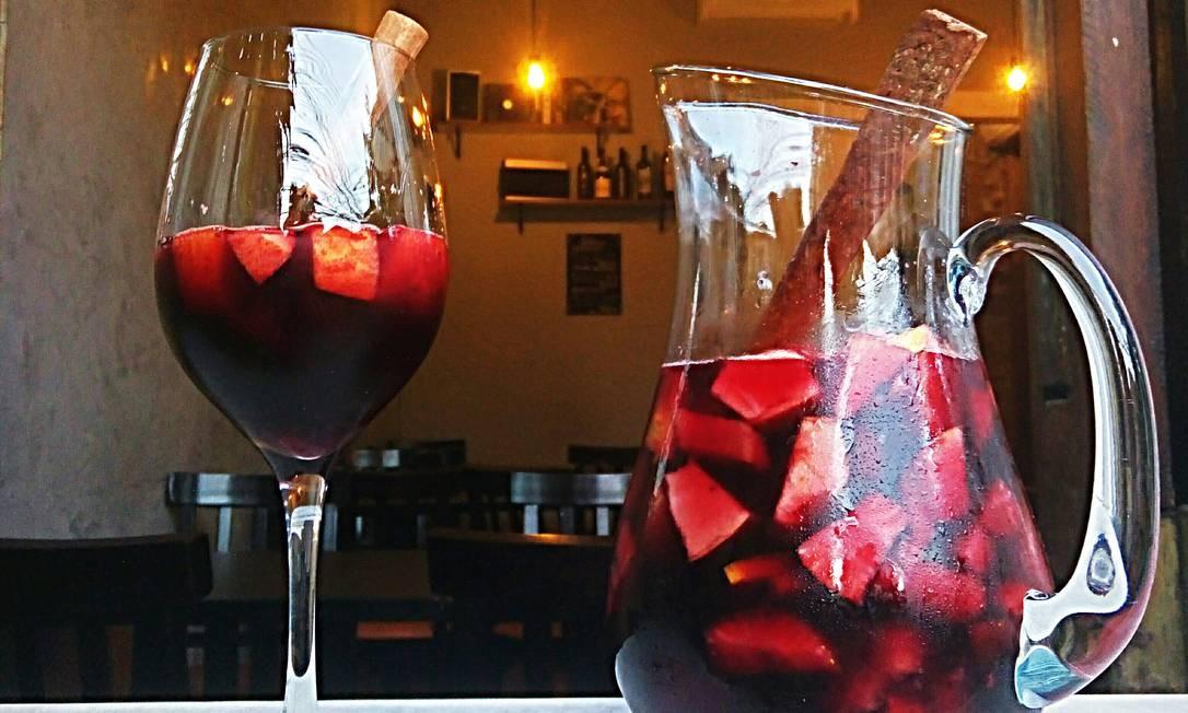 SeteHum Gastrobar. A sangria é feita com vinho espanhol Viña Vasta Tempranillo, abacaxi, maçã, morangos, Cointreau e canela (R$ 58). Rua Martins Ferreira 71, Botafogo. Qua, qui e dom, das 18h30m à meia-noite. Sex e sáb, das 18h30m à 1h. Foto: Divulgação