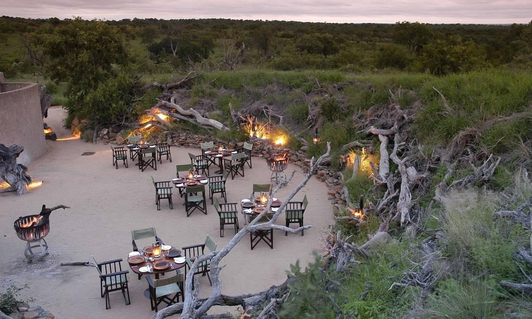 Os jantares no Earth Lodge variam: podem ser no boma (espaço aberto e com piso de areia rodeado com galhos), na adega subterrânea com 6 mil garrafas, à luz de velas no meio da savana ou com os pés na água, em uma piscina. Carnes como cudus, impalas, gnus e gemsbok (também chamado de órix ou guelengue-do-deserto) são assadas, cozidas ou viram carpaccios Divulgação