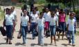 Alunos de escolas de Barra Mansa, em 2008, a caminho de um projeto de música do colégio Foto: Eurico Dantas
