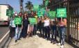 Manifestantes em frente ao COB