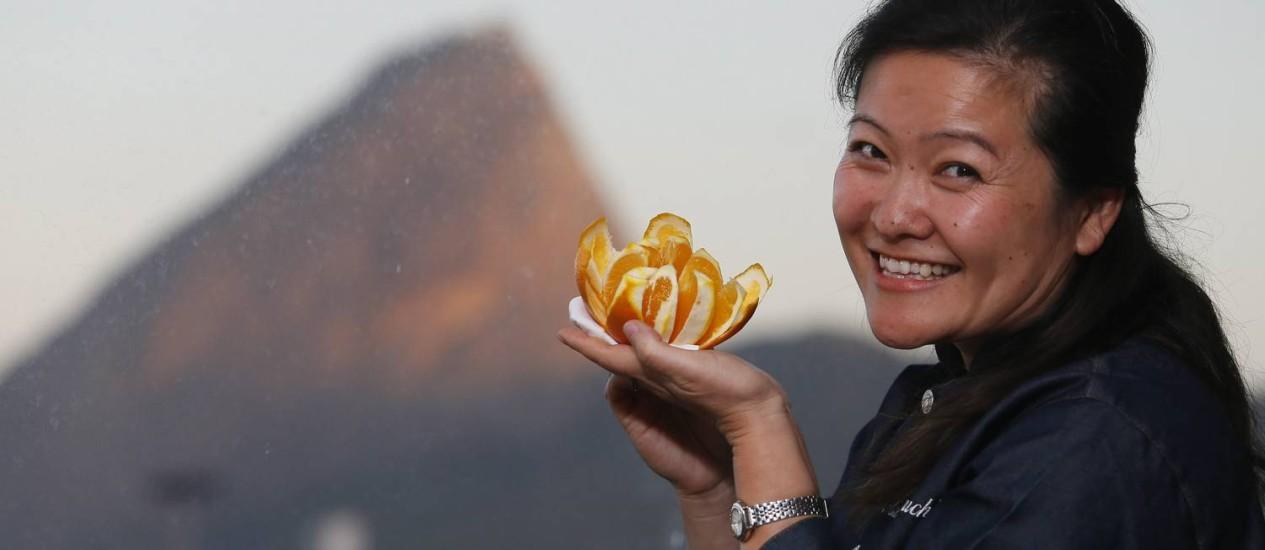 """""""O respeito pelos alimentos da forma como a natureza os oferece já esta enraizado no japonês"""", diz a chef de cozinha oriental Cristina Eguchi Foto: Roberto Moreyra / Agência O Globo"""
