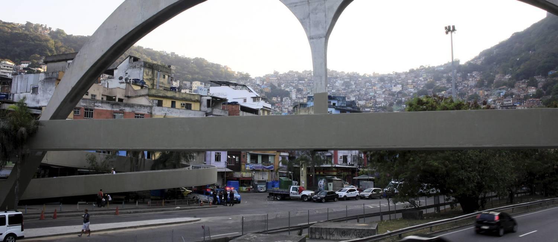 PMs no entorno na Favela da Rocinha, nesta quinta-feira Foto: Uanderson Fernandes / Agência O Globo