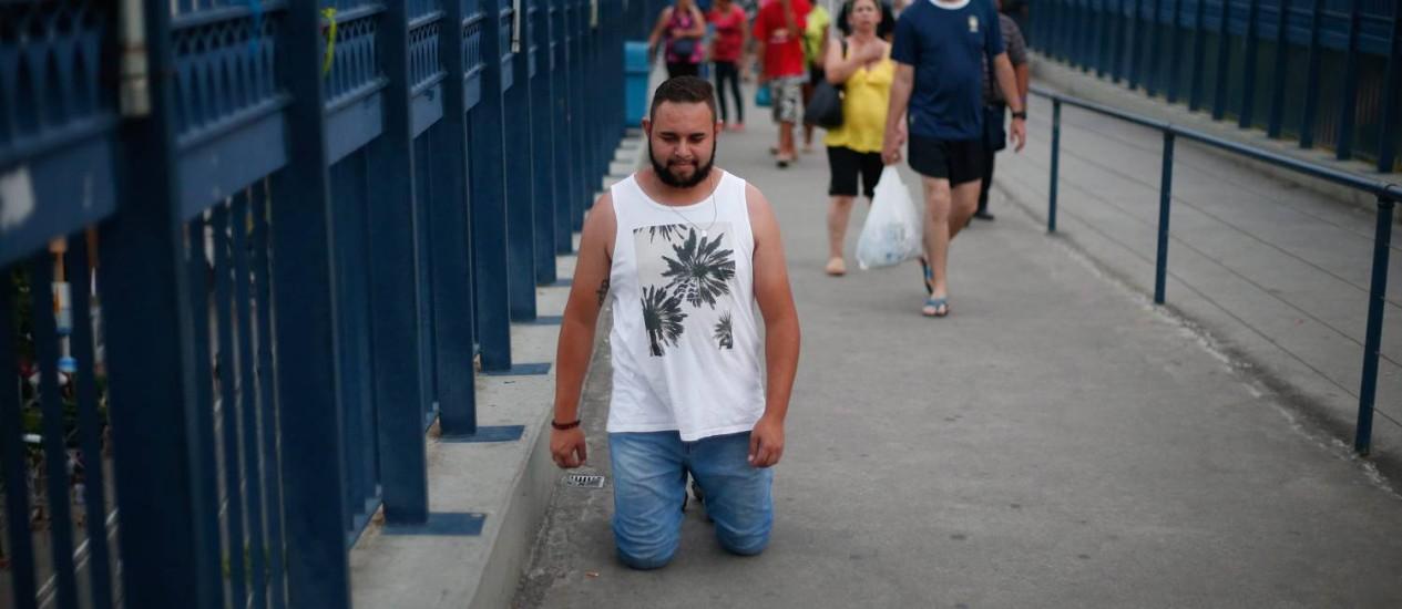 Leonardo, de 21 anos, decidiu atravessar de joelhos a Passarela da Fé para pedir que a Santa interceda por sua família Foto: Marcos Alves