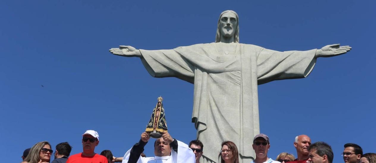 Cariocas e turistas participam de cerimônia no Cristo Redentor em comemoração pelos 86 anos do momunentos, e pelos dias de Nossa Senhora Aparecida e das Crianças Foto: Fabiano Rocha / Fabiano Rocha