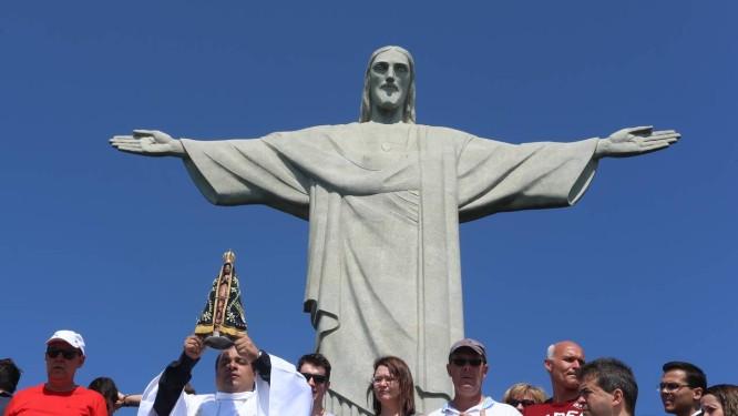Cariocas e turistas participam de cerimônia no Cristo Redentor em  comemoração pelos 86 anos do momunentos c0fae72593fb5