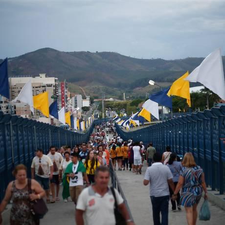 Fiéis atravessam a Passarela da Fé no Santuário de Aparecida Foto: Marcos Alves