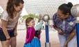 Menina usa a pulseira Magic Band para entrar no Epcot, do Walt DisneyWorld, em Orlando