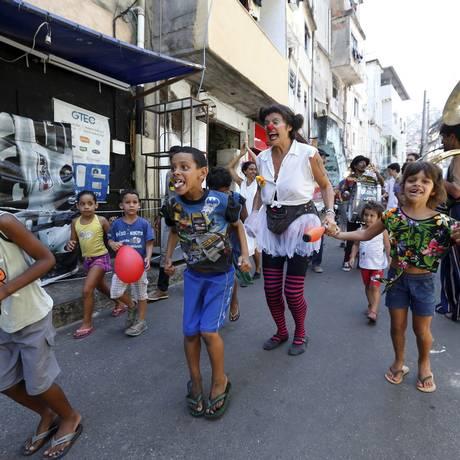 Trégua. Na Rocinha, após vários dias de tiroteios, crianças se divertem com banda e palhaços: festa na comunidade foi feita por voluntários Foto: Agencia O Globo / Pablo Jacob
