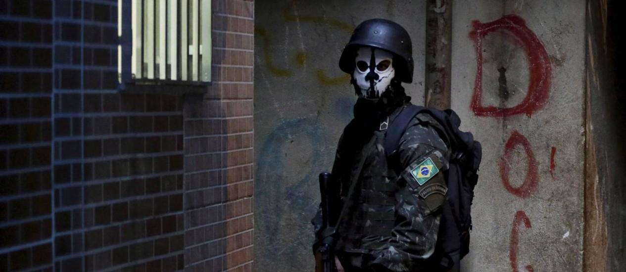 Autores de romances policiais contam como 'concorrem' com o cotidiano violento no Brasil Foto: Domingos Peixoto / O Globo