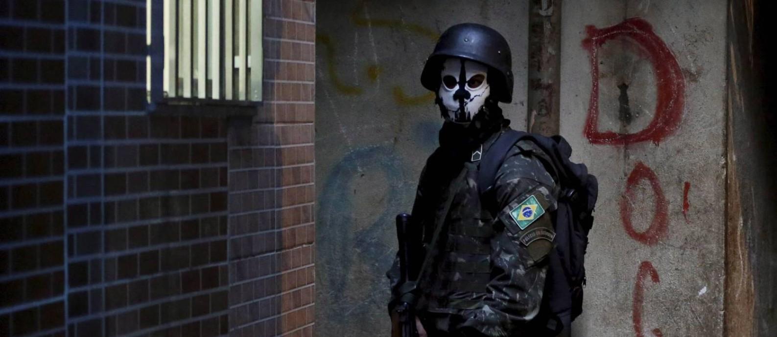 Autores de romances policiais contam como 'concorrem' com o cotidiano violento no Brasil Foto: Domingos Peixoto / Agência O Globo