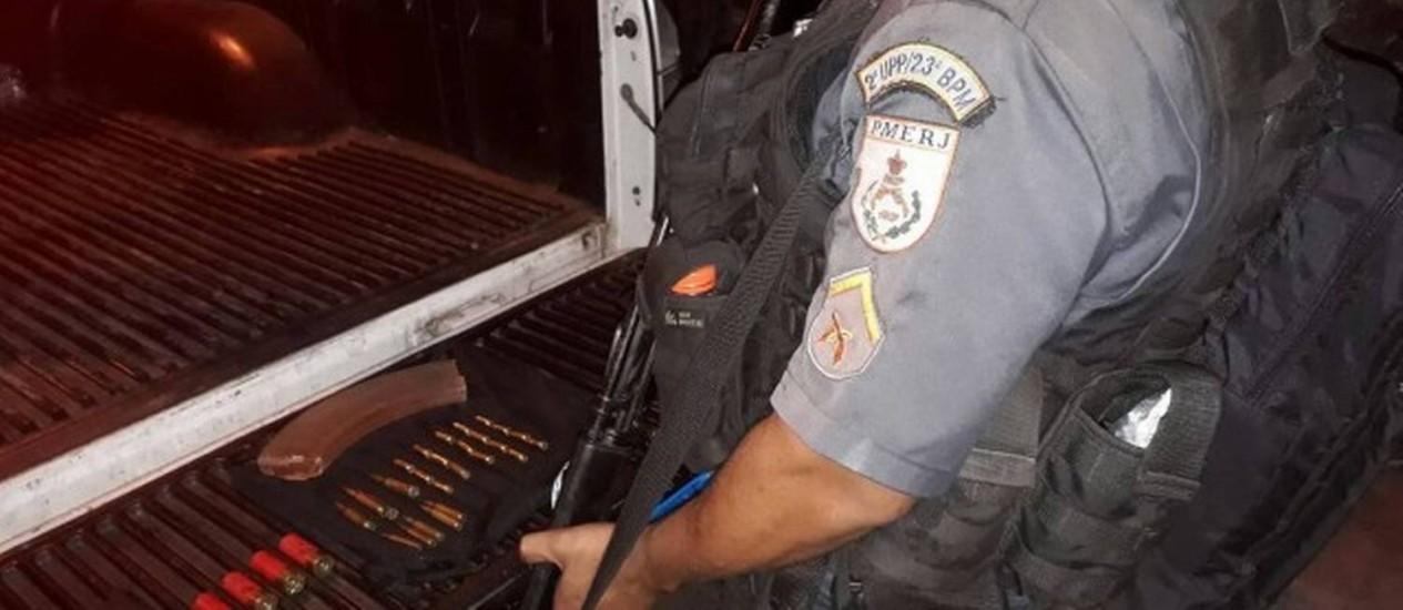 PM apreendeu carregador de fuzil nesta noite na comunidade da Rocinha Foto: Divulgação / .