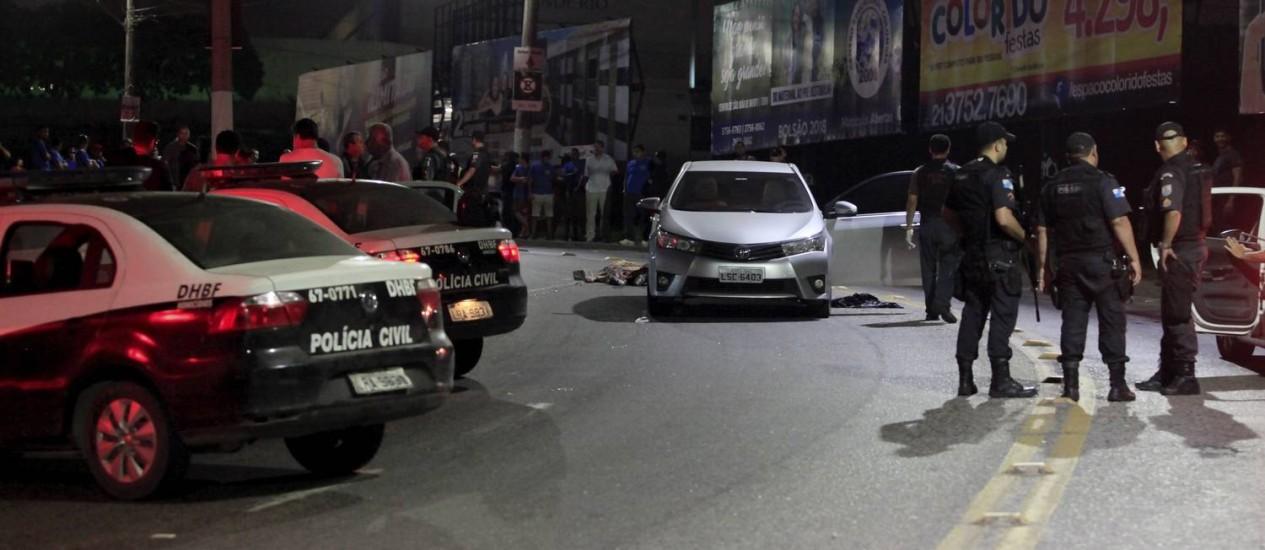 Agentes realizaram a perícia no local do crime, na madrugada desta sexta-feira Foto: Uanderson Fernandes / Agência O Globo