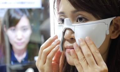 O 'espelho do futuro' imprime a maquiagem em uma folha ultrafina, que é aplicada sobre o rosto Foto: Reprodução YouTube