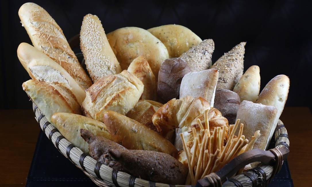 Misto de delicatessen, padaria e bistrô, o Le Dépanneur tem pães feitos artesanalmente duas vezes ao dia. Entre as opções, pão multigrãos (R$ 6,90 a unidade), rústico (R$ 4,90 o pequeno e R$ 7,50 o grande), australiano (R$ 4,90 a unidade), baguetinha simples, gergelim ou queijo (R$ 3,90 a unidade) e focaccia nos sabores caprese ou calabresa (R$ 7,90 a unidade), entre outras. Shopping Leblon. Av. Afrânio de Melo Franco 290, piso 0 — 2512-6961. Seg a sáb, das 8h30 às 23h. Dom e feriados, das 08h às 22h Foto: Divulgação/Fábio Rossi