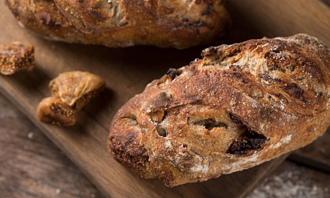 O Talho Capixaba produz mais de 30 tipos de pães por dia. Há desde pedidas comuns, como o pão francês, até pães de fermentação longa, que chegam a levar quatro ou cinco dias até o fim do processo. Entre as pedidas, estão o Levain integral de figo com nozes (na foto, R$ 64,90 o quilo), a focaccia de azeitona com alho-poró (R$ 6,40 a unidade) e o pão de cerveja (R$ 37,80 o quilo). Av. Ataulfo de Paiva 1.022, lojas A-B, Leblon — 2512-8760. Foto: Divulgação/Rodrigo Azevedo
