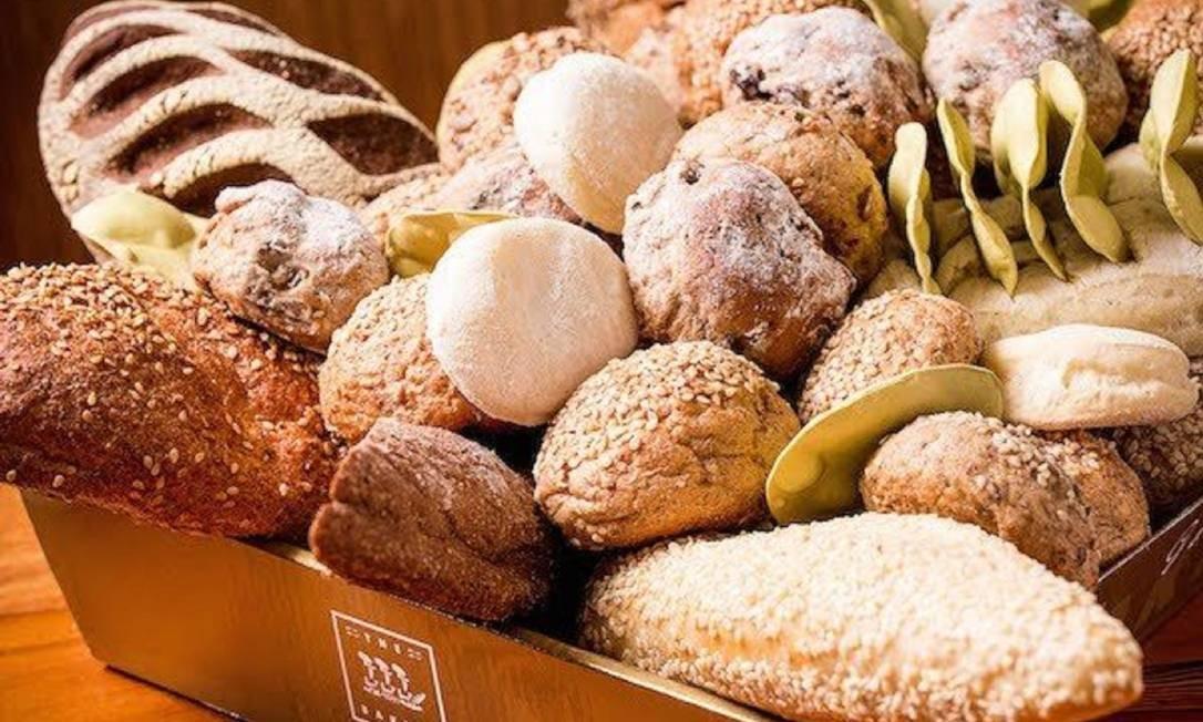 A The Bakers tem opções como o pão 8 grãos (R$ 9,90), com farinha de trigo integral, sementes de girasol, aveia, cevada, linhaça e farinha de arroz; o australiano (R$ 9,90), feito com farinha de trigo integral, farelo de trigo, malte e cacau; o gorgonzola (R$ 16,90) e a chalá (R$14,90), pão judaico com farinha de trigo, sal, fermento biológico, leite condensado, ovos e manteiga sem sal, com ou sem passas. The Bakers. Rua Santa Clara 86-B, Copacabana — 3209-1212. Seg a sáb, das 9h às 21h. Dom e feriados, das 9h às 20h Foto: Divulgação