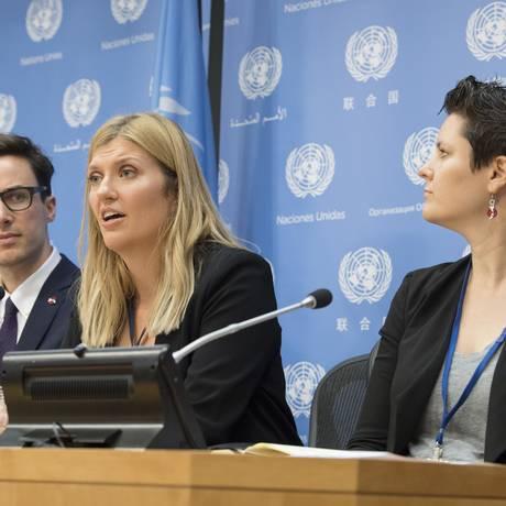 Beatrice Fihn (centro), diretora-executiva da Campanha Internacional para Abolir as Armas Nucleares (ICAN, em inglês), Tim Wright, diretor da Ásia-Pacífico, e Ray Acheson, diretora de advocacia, dão uma entrevista coletiva na sede da ONU Foto: Eskinder Debebe / AP