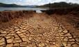 Estiagem na represa do Rio Atibainha, na cidade de Nazaré Paulista, no interior paulista: água tem ligação direta com mudanças climáticas Foto: Luis Moura/27-10-2014