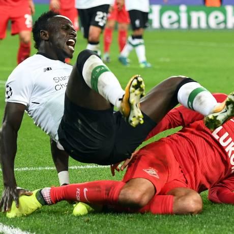 Sadio Mané, do Liverpool, sofre falta em partida contra o Spartak Moscou, quando foi alvo de ofensas racistas Foto: YURI KADOBNOV / AFP