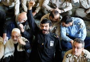 Fieis iranianos gritam slogans antiamericanos durante as orações de sexta-feira em Teerã Foto: STR / AFP
