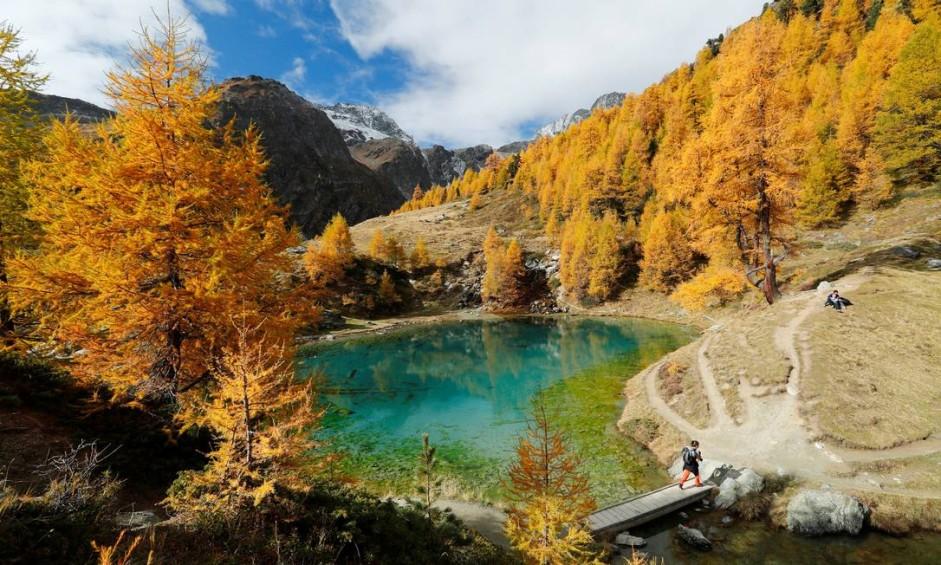 Muita gente considera o outono a melhor estação para visitar os países do Hemisfério Norte. Difícil imaginar época em que o Lago Bleu, perto de Arolla, em Val d'Herens, na Suíça, fica mais bonito. Foto: Denis Balibouse / Reuters