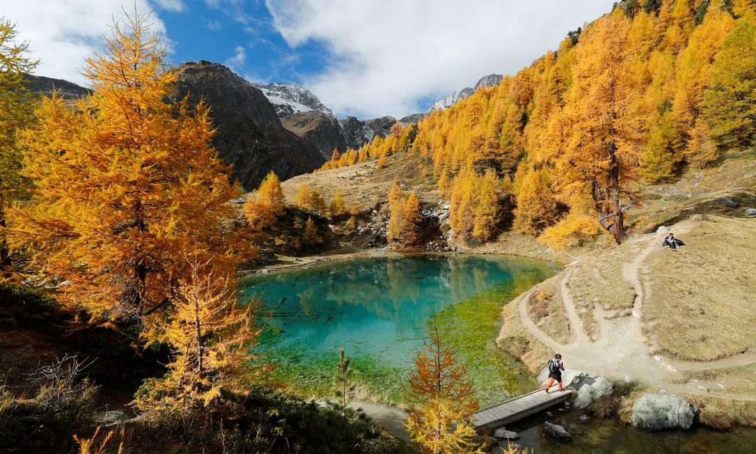 Muita gente considera o outono a melhor estação para visitar os países do Hemisfério Norte. Difícil imaginar época em que o Lago Bleu, perto de Arolla, em Val d'Herens, na Suíça, fica mais bonito. Denis Balibouse / Reuters