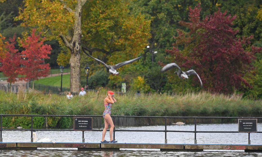 As temperaturas do outono ainda são um pouco baixas para os padrões brasileiros. Mesmo assim, tem gente que se anima em dar um mergulho ao ar livre, como essa corajosa nadadora no Serpentine Lake, em Londres Foto: TOBY MELVILLE / REUTERS