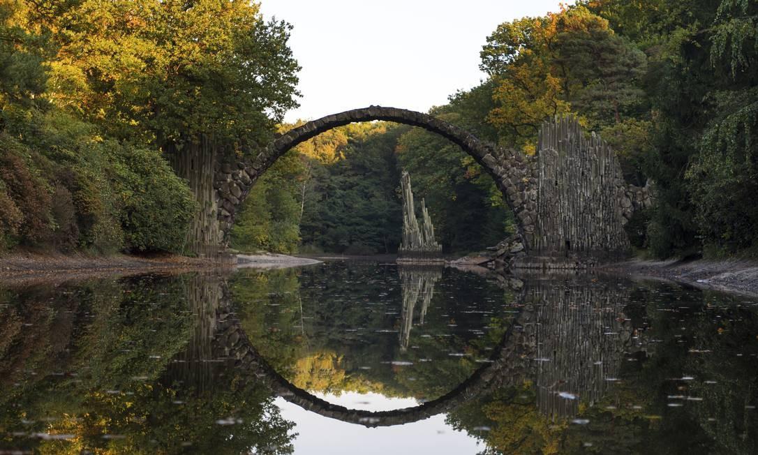 A ponte de pedra Rakotz refletida em um lago no parque de Bad Muskau, na Alemanha Monika Skolimowska / AP