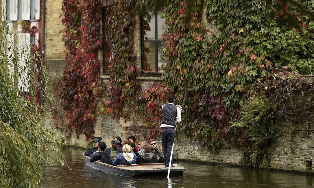 Ou um passeio de bote pelo Rio Cam, em Cambridge, na Inglaterra Foto: Joe Giddens / AP