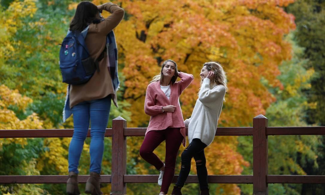 É ou não é uma estação fotogênica? Que o digam essas moças nos Jardins de Neskuchny, em Moscou Sergei Karpukhin / REUTERS