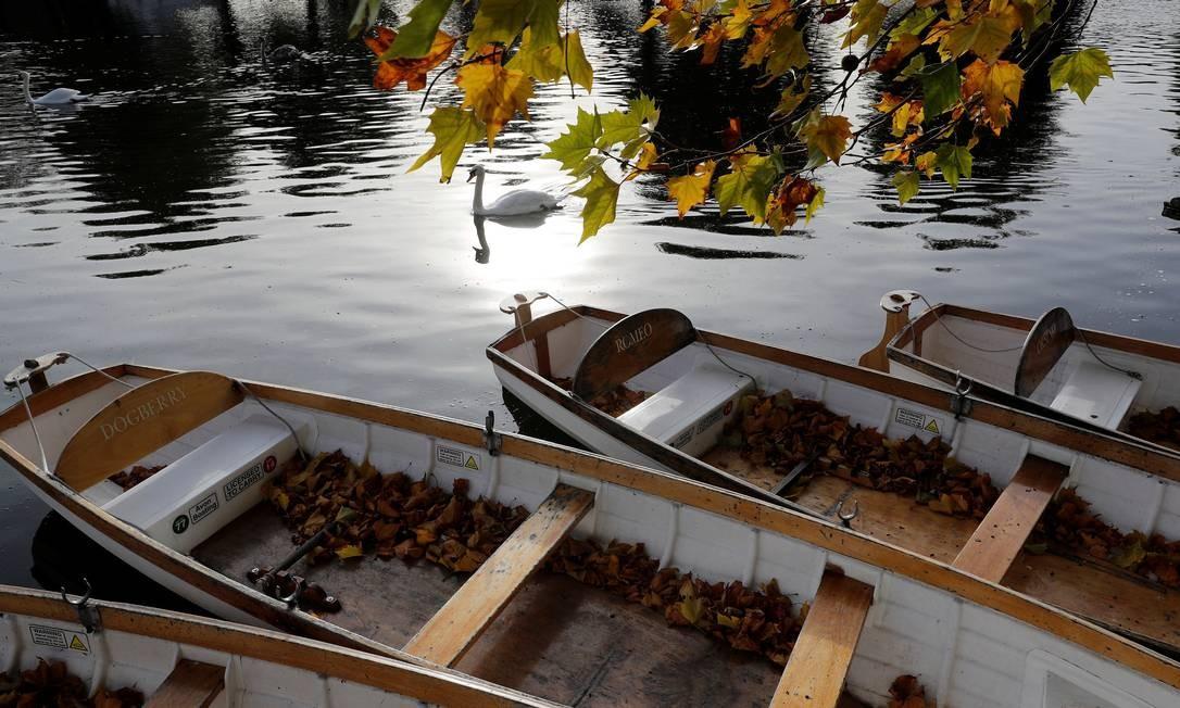 As folhas caem em todos os lugares, inclusive nos botes parados no Rio Avon, em Stratford-upon-Avon, na Inglaterra. Será que Shakespeare se inspirava com as paisagens de outono em sua cidade natal? Darren Staples / REUTERS