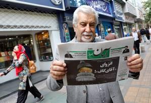 """Iraniano lê o jornal """"Arman"""", crítico às declarações de Trump Foto: STR / AFP"""