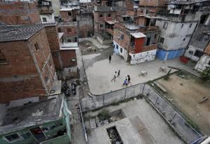 Abandono. Com casas muito próximas, sem ventilação adequada, e saneamento deficiente, Jacarezinho registrou 130 casos em 2016 Foto: Domingos Peixoto / Domingos peixoto
