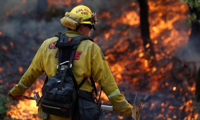 Bombeiro combate incêndio no condado de Sonoma, na Califórnia Foto: JIM URQUHART / REUTERS