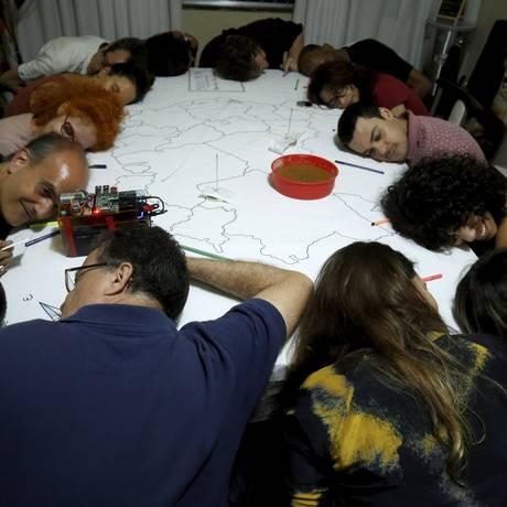 Em cena. Grupo participa da peça encenada em apartamento de Botafogo: perguntas são lidas pelos participantes durante espetáculo de cerca de duas horas Foto: Marcelo Theobald / Agência O Globo