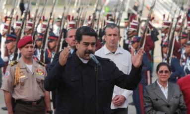 Nicolas Maduro discursa em aeroporto Foto: HANDOUT / REUTERS