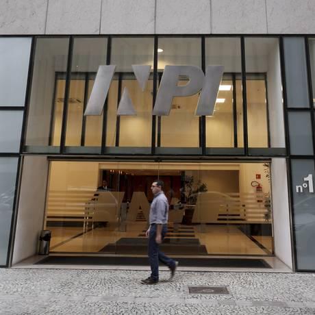 Proposta prevê concessão automática de pedidos de patentes feitos até o fim de 2016 Foto: Marcelo Theobald / Agência O Globo