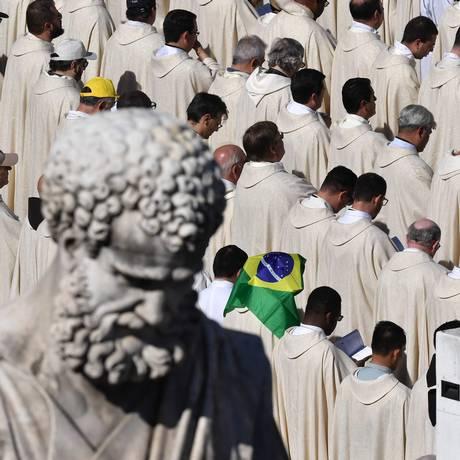 Cerimônia reuniu uma multidão na Praça de São Pedro, no Vaticano, para celebrar o surgimento de novos santos da Igreja Católica. Bandeiras do Brasil podiam ser vistas durante a canonização Foto: TIZIANA FABI / AFP