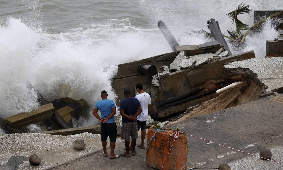Pedestres se arriscam para ver as ondas de perto durante ressaca de outubro de 2017 Foto: Pablo Jacob / Agência O Globo