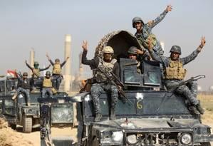 Tropas de Bagdá celebram vitória em batalha contra curdos em Kirkuk, no norte do Iraque Foto: AHMAD AL-RUBAYE / AFP