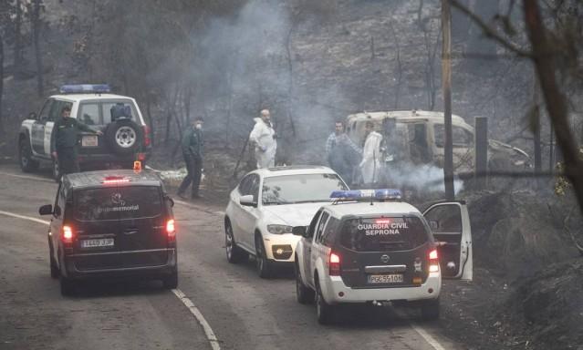 Carro pegou fogo em decorrência de incêndio florestal na Galícia, região da Espanha; chamas se alastram com ajuda dos fortes ventos levados pelo ciclone Ofélia, que ameaça Reino Unido e Irlanda