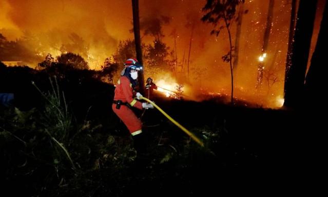 Bombeiros trabalham para apagar incêndio na Galícia; milhares de socorristas foram encaminhados a áreas afetadas pelas chamas
