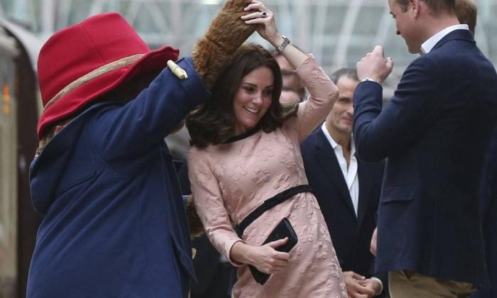 Kate Middleton dança com urso Paddington em retomada de compromissos reais