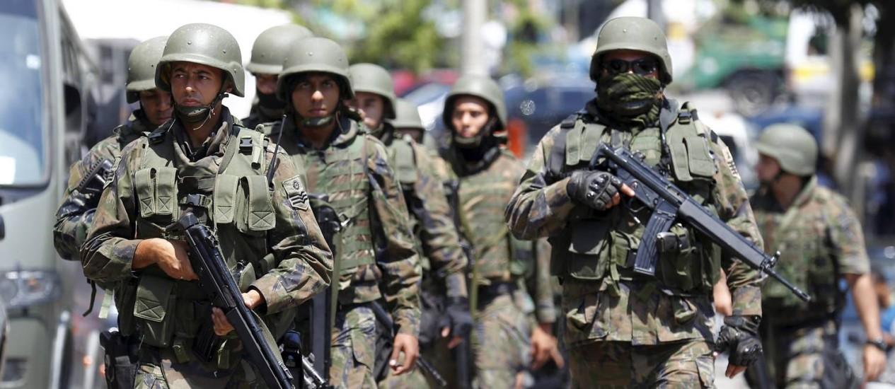 Militares fazem operação na comunidade da Rocinha, na Zona Sul do Rio Foto: Pablo Jacob / Agência O Globo/11-10-2017