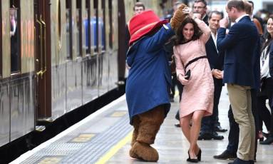 Com a barriguinha da terceira gravidez à mostra, Kate Middleton roubou a cena nesta segunda-feira em Londres ao dançar com o Paddington Bear, personagem infantil que é um ícone britânico Foto: CHRIS J RATCLIFFE / AFP