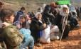 Sírios esperando permissão para entrarem em território turco Foto: Ammar Abdullah