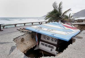 Quiosque que afundou na Praia da Macumba está preso pelo teto Foto: Márcio Alves / Agência O Globo