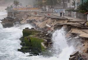 Força das ondas causou desmoronamento do calçadão na orla da Praia da Macumba, no Recreio Foto: Marcio Alves / Agência O Globo
