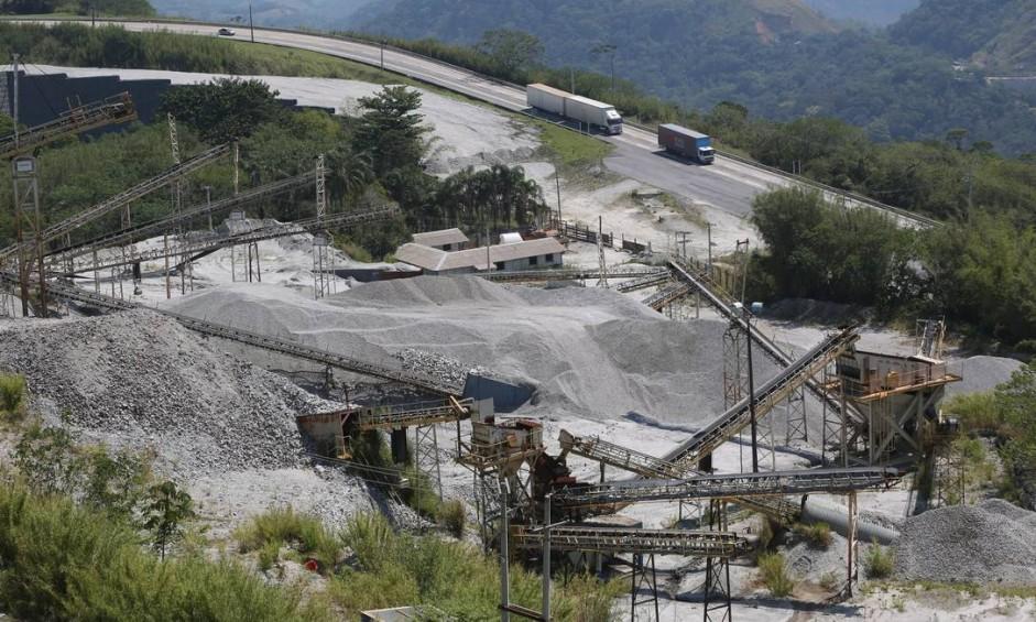 A obra de ampliação da Nova Subida da Serra (NSS), parada desde 2016, deixa um rastro de abandono pela estrada Foto: Custódio Coimbra / Agência O Globo